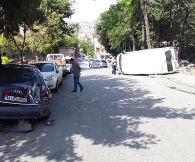 Bağcılar'da 3 araca çarparak devrilen minibüsteki 3 kişi yaralandı