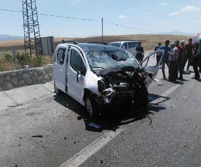 Hafif ticari araç istinat duvarına çarptı: 1 ölü, 4 yaralı