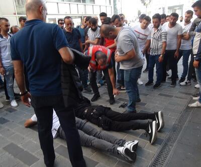 Taksim'de hareketli dakikalar! Yabancı uyruklu kişiler birbirlerine girdi