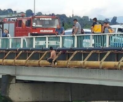 Köprüden atladı, yara almadan kurtuldu