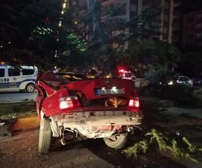 Otomobil ağaca çarptı: 2 ölü, 1 yaralı