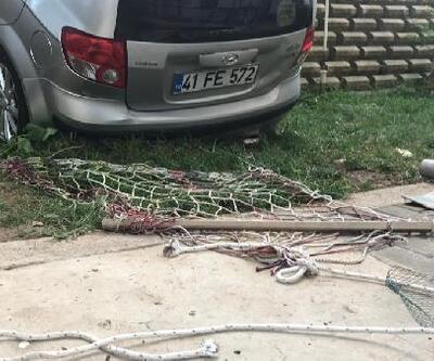 Kaza yapan otomobil hamakta yatan çocuğun üzerine düştü: 2 yaralı