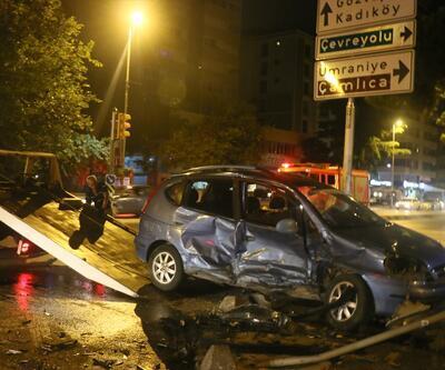 Kadıköy'de iki otomobil çarpıştı: 3 yaralı