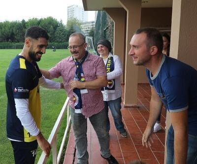 Koray Şener'in ailesi Fenerbahçe idmanını ziyaret etti