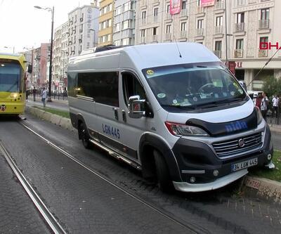 İstanbul'da minibüs tramvay yoluna girdi, seferler durdu