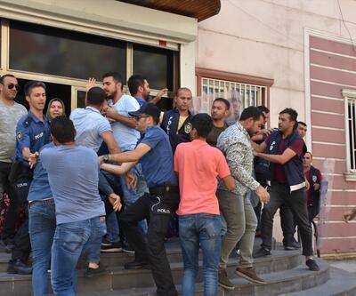 HDP'liler oğlu için oturma eylemi yapan anneye saldırdı