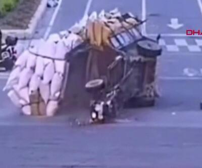 Yüzlerce kiloluk yük üzerlerine devrildi