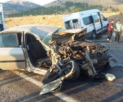 Mola için duran minibüse otomobil çarptı: 1 ölü, 10 yaralı