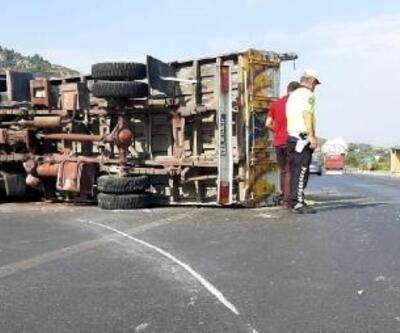 Baharat yüklü kamyon devrildi; sürücü yaralı