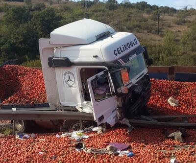 Kamyon devrildi, domatesler yola saçıldı