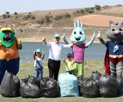 Başkan Kartoğlu, iki çocuğuyla çöp topladı