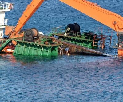Bozcaada'da yarısı batık gemi, oturduğu karada duruyor