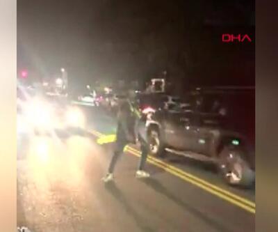 Trafiğe aldırmadan yol ortasında dans etti, araba çarptı