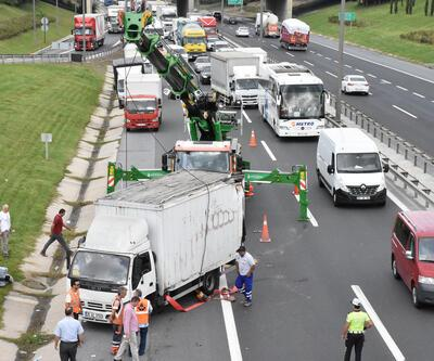 Son dakika... Esenyurt'ta TEM otoyolunda kamyon devrildi
