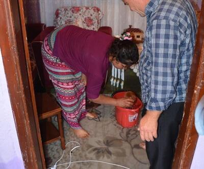 Sinop'ta gece etkili olan sağanakta su basan evlerde temizlik