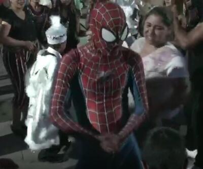 Örümcek Adam sünnet şenliğinde 'roman' oynadı