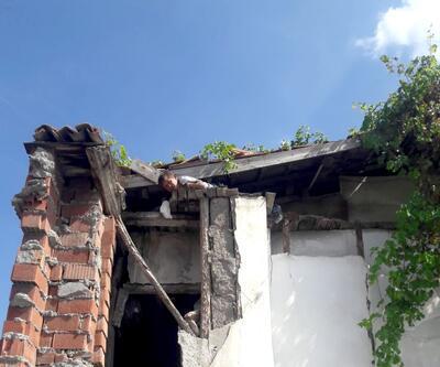 Güvercini kurtarmak isterken çatıda mahsur kaldı