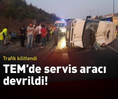 TEM Otoyolu'nda servis minibüsü devrildi