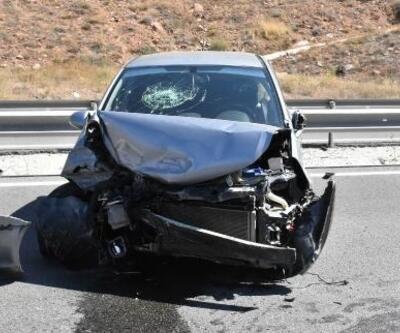 Kontrolden çıkan otomobil bariyerlere çarptı: 3 yaralı