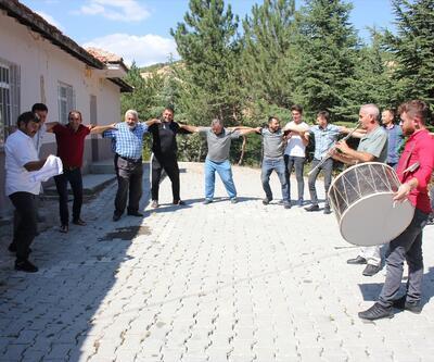 İnternete kavuşan köylüler davullu zurnalı kutlama yaptı