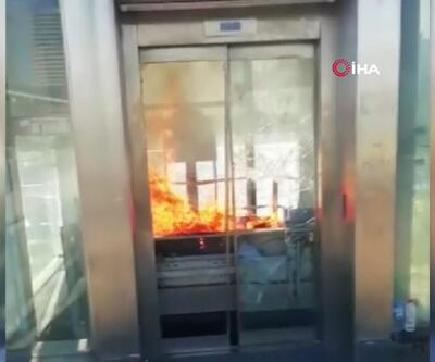 Zincirlikuyu metrobüs durağında yangın