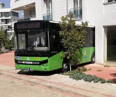 Freni boşalan otobüs, iş yerine girdi