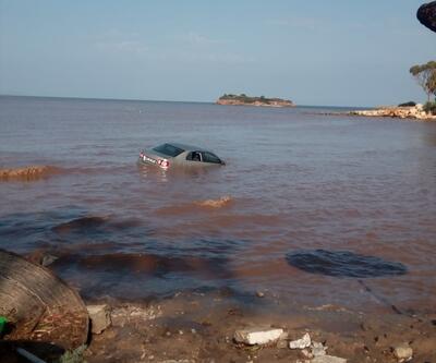 Didim'deki sağanakta otomobil denize sürüklendi