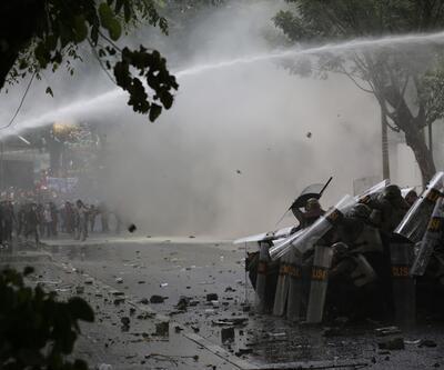 Endonezya sokakları karıştı! Polis ve öğrenciler arasında çatışma çıktı...
