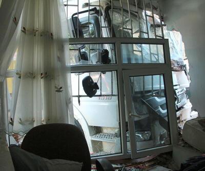 Frenleri tutmadı, kamyon evin duvarını yıktı