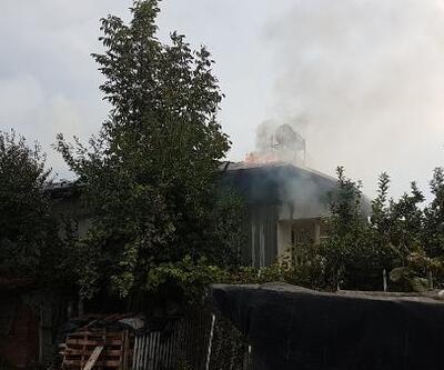 Tokat'ta tek katlı evin çatısı yandı