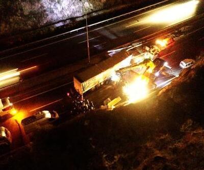 TEM Otoyolu trafiğe kapandı, sürücü parçalanan TIR'dan hafif sıyrıklarla çıktı