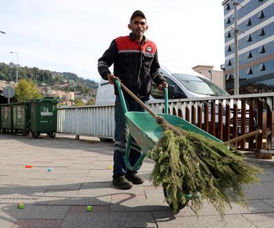 Sokakları temizleyerek iki çocuğa burs veriyor