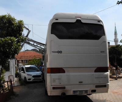 Otobüsün çarptığı direk evin üzerine devrildi