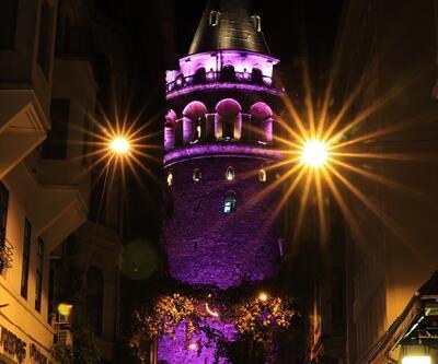 Galata ve Beyazıt kuleleri pembeye büründü