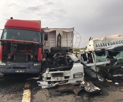 TIR park halindeki TIR'a çarptı: 2 yaralı