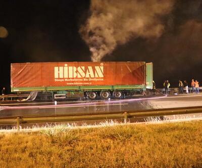 Seyir halindeyken yanan TIR otoyolda ulaşımı aksattı
