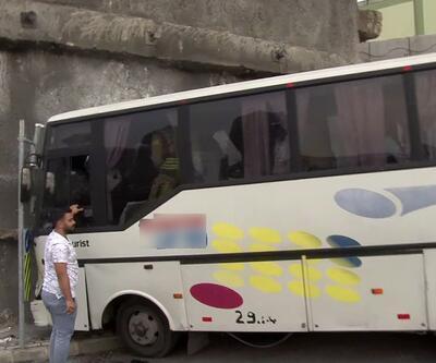 İstanbul'da servis minibüsü duvara çarptı: 8 yaralı