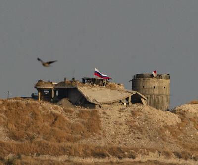 Ayn el Arab'da Suriye ve Rusya bayrakları yan yana