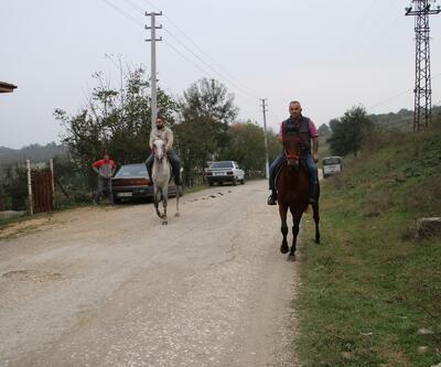 Araçlarını bırakıp yolları atla geçiyorlar