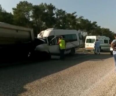 İşçi servisi kamyona çarptı