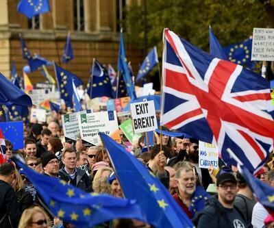 Brexit çıkmazı! Tartışmaların alevlendiği saatte yürüdüler