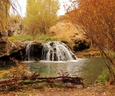 Muradiye Şelalesi sonbahar renkleriyle ziyaretçilerini ağırlıyor