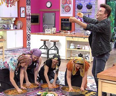 Mutfakta çiğ köfte partisi