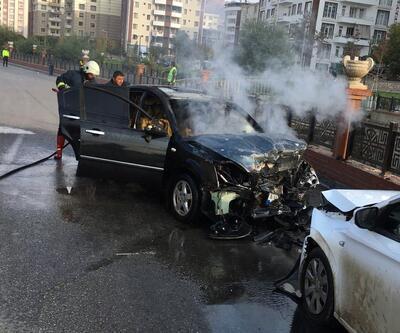 Kafa kafaya çarpışan iki otomobil alev aldı: 1 yaralı