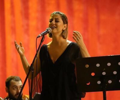 Gaziemir'de şarkıcı Dilek Türkan Cumhuriyet konseri verdi