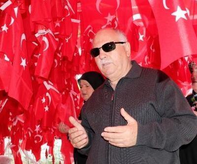 Gelibolu'daki türbeyi ziyaret eden herkes Türk bayrağı asıyor