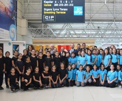 Öğrencilerden havalimanında 'Atatürk ve Çocuk' sergisi