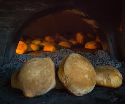 Ekmeği 126 yıl önceki usullere göre yapıp taş fırında pişiriyor