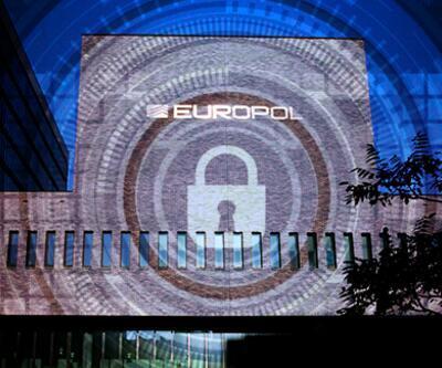 EUROPOL adım adım izledi! Çalıntı lüks araçları satan çete çökertildi