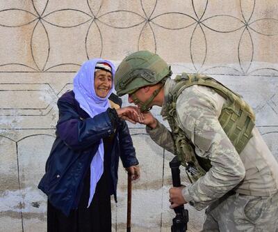 MSB, Rasulayn'da yaşlı kadının elini öpen Mehmetçiğin fotoğrafını paylaştı